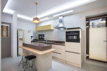 평창동 주택 리모델링 프로젝트: O-Scape Architecten의  주방