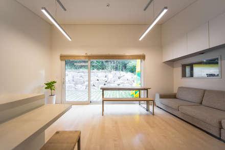 대전 두가구주택: 서가 건축사사무소의  거실