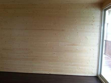 自地自建-鋼構木屋農舍:  牆壁與地板 by 鄉村家園開發股份有限公司