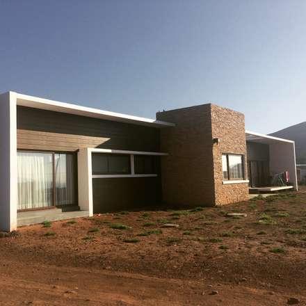 vista casa entregada: Casas de estilo mediterraneo por Vinci studio