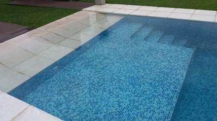 Piscina con solarium humedo - escalones   : Piletas de estilo moderno por VHA Arquitectura