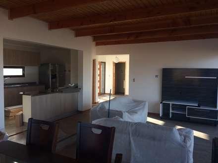 living comedor con mobiliario: Livings de estilo mediterraneo por Vinci studio