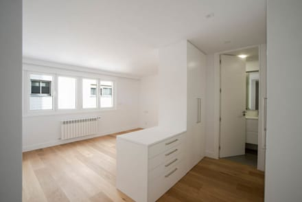 Reforma de vivienda La Coruña por Arquifactoría: Dormitorios infantiles de estilo moderno de Irrazábal  studio 