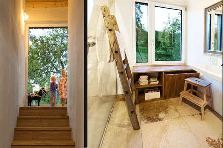 Eingerahmt von der Natur: landhausstil Badezimmer von plusEnergieArchitektur