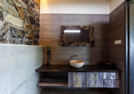 Baños de estilo rústico por Inscape Designers