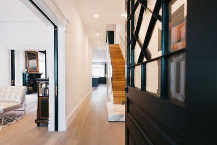 BEDFORD RESIDENCE:  Corridor & hallway by FLUID LIVING STUDIO