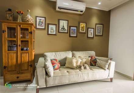 Apartamento com cara de casa - Estilo rústico: Salas de estar rústicas por Camarina Studio