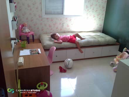 Apartamento contemporâneo: Quarto infantil  por Camarina Studio