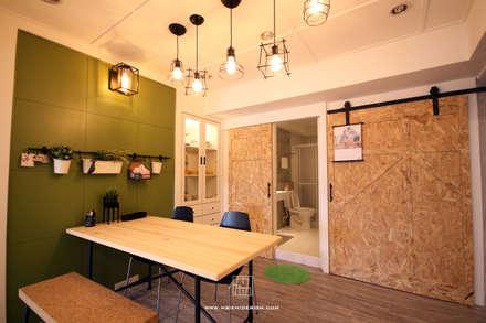 浴室與儲藏室穀倉門造型:  浴室 by 協億室內設計有限公司