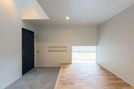 HOUSE IN MARUGAME: 高倉設計事務所が手掛けた玄関/廊下/階段です。