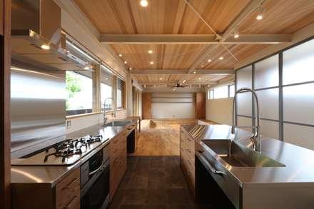HOUSE IN MARUGAME: 高倉設計事務所が手掛けたキッチンです。