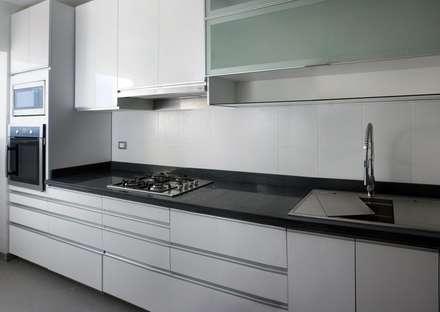 En Blanco y Negro: Cocinas de estilo minimalista por A3 Interiors