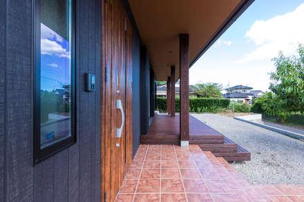 綾の住宅: 姫松親一郎建築設計事務所が手掛けた玄関・廊下・階段です。