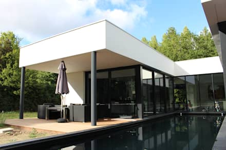 Black and White: Piscine de style de style Minimaliste par AM architecture