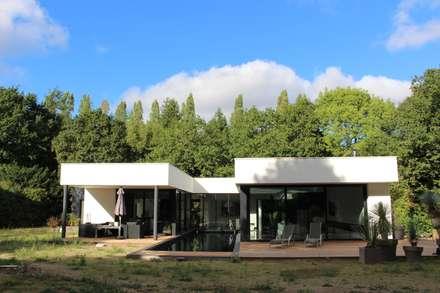 Black and White: Jardin de style de style Minimaliste par AM architecture