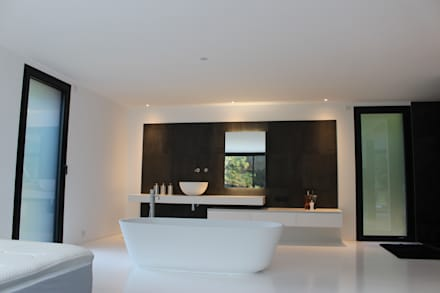 Black and White: Chambre de style de style Minimaliste par AM architecture