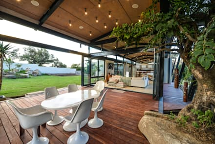 TREE HOUSE:  Patios by Studious Architects