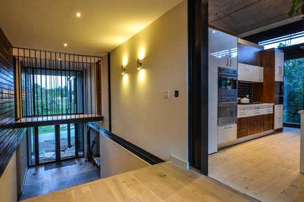 TREE HOUSE:  Corridor & hallway by Studious Architects