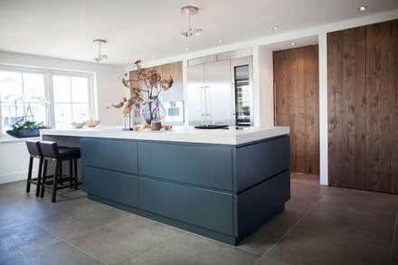 Keuken stoer gestoomd eiken in combinatie met mortex: industriële Keuken door Wood Creations