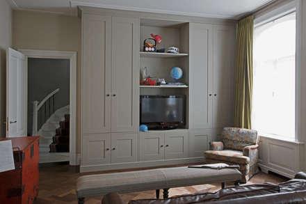 Tailor-made kasten, met strakke panelen en klassieke lijst en plint: klasieke Kinderkamer door Vonder