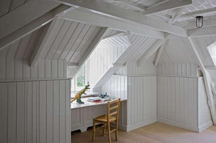 Zolderkamer, kinderkamer, tailor-made: klasieke Kinderkamer door Vonder