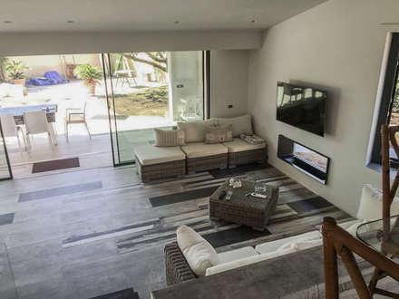 Casa Unifamiliare: Soggiorno in stile in stile Coloniale di Studio Bianchi Architettura