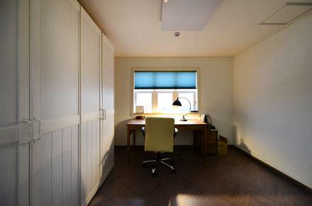 modern Media room by 코원하우스