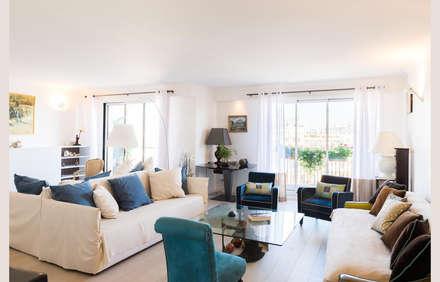 Un appartement moderne entre blanc et bois : Salon de style de style Minimaliste par ATELIER FB