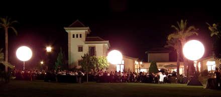 Terraza exterior para acoger los eventos: Jardines de estilo colonial de Vidal Molina Arquitectos