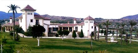 Fachada de la hípica Yeguda Gloria: Casas de estilo colonial de Vidal Molina Arquitectos