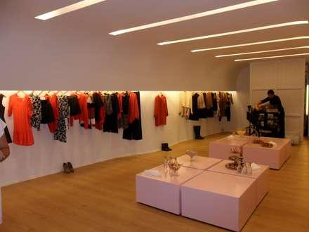 Comprar es mucho más fácil si la iluminación es la correcta.: Salas multimedia de estilo moderno de iLamparas.com