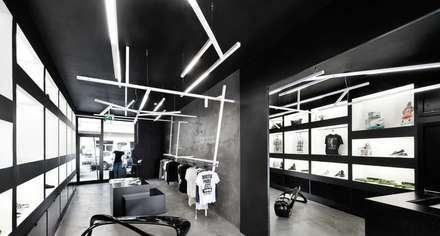 Iluminación de una tienda de moda con lámparas colgantes.: Salas multimedia de estilo moderno de iLamparas.com