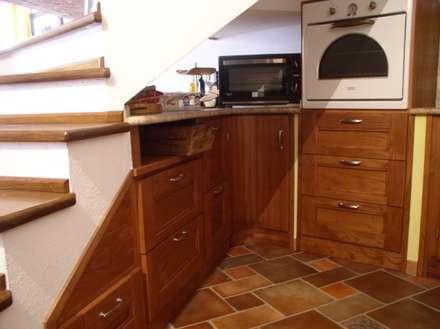 cucina rustica: Cucina in stile in stile Rustico di falegnameria ziranu di balvis