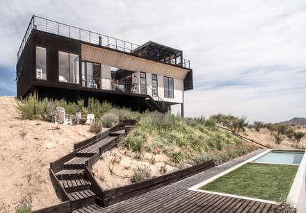 The Folding House: Jardines de estilo moderno por B+V Arquitectos
