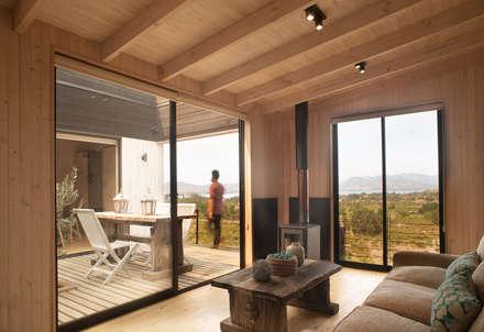 The Folding House: Livings de estilo moderno por B+V Arquitectos