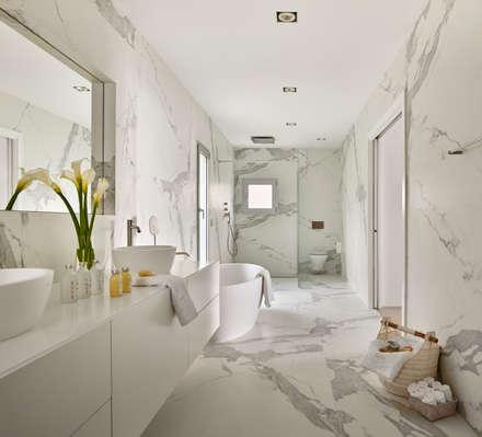 Casa Sant Feliu de Guíxols: Baños de estilo mediterráneo de SOLER-MORATO ARQUITECTES SLP