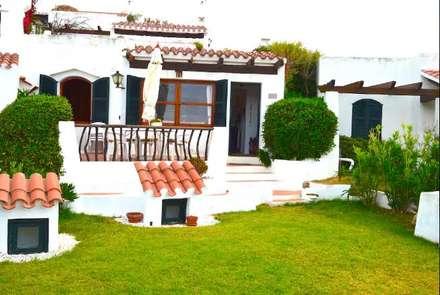 Fachada: Jardines de estilo mediterráneo de Espai Interior Home Staging