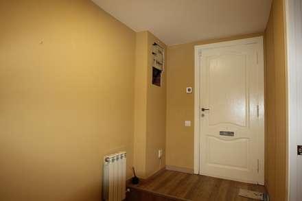 VIVIENDA EN C/RABASSA, BARCELONA: Pasillos y vestíbulos de estilo  de Espai Interior Home Staging
