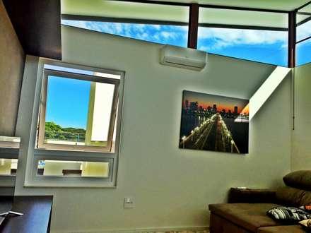ausgefallener Multimedia-Raum von Caio Pelisson - Arquitetura e Design