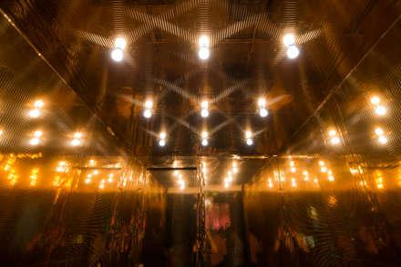 Yangtsé Music Room: Salas multimedia de estilo minimalista de Rufo Iluminación
