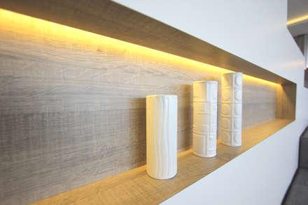 Niche éclairée: Salon de style de style Minimaliste par Atelier OCTA