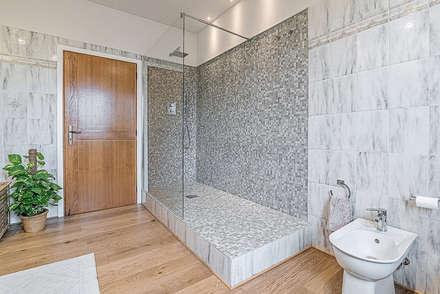 Stanza da bagno: Bagno in stile in stile Moderno di Facile ...