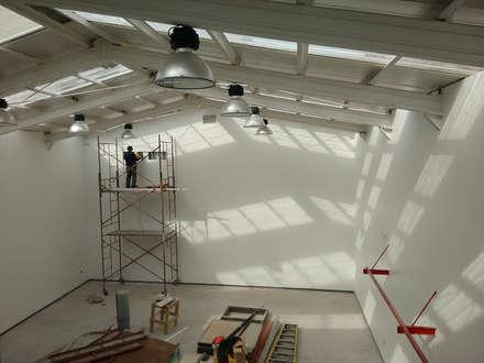 Vista interior hacia el primer nivel: Estadios de estilo  por DIMA Arquitectura y Construcción