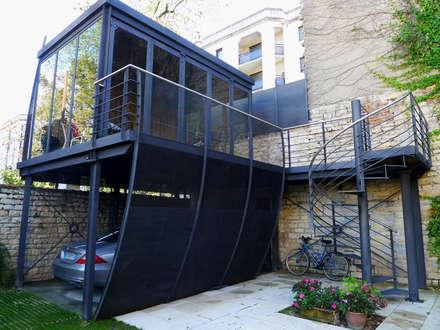 Salon d'été métallique en Carport vue 01: Garage / Hangar de style de style Moderne par Vincent Athias Architecte DPLG