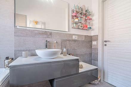 Bagno : Bagno in stile in stile Moderno di Facile Ristrutturare