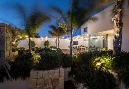 Restaurante La Ferrera en Pinedo: Locales gastronómicos de estilo  de versea arquitectura