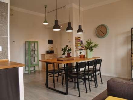 SOGGIORNO: Sala da pranzo in stile in stile Scandinavo di Archenjoy - Studio di Architettura -