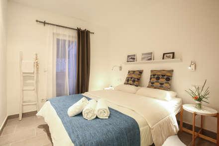Diseño interior Casa para alquiler vacacional en Marbella: Dormitorios de estilo mediterráneo de DIKA estudio