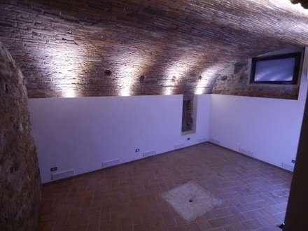 Recupero in centro storico a Verona: Cantina in stile in stile Rustico di architetture e restauri biocompatibili