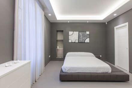 camera da letto: Pareti in stile  di Resin srl